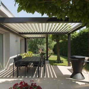 Pergola umieszczona na tarasie dostarcza cień podczas słonecznych dni. Fot. Installux Aluminium.
