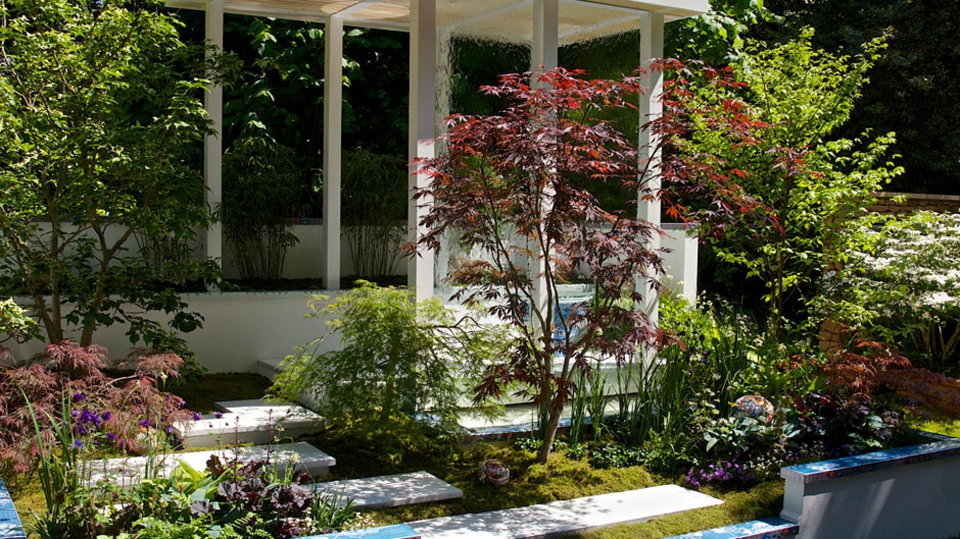 Biała konstrukcja doskonale wpisuje się także w nowoczesny charakter ogrodu. Fot. Chelsea garden.
