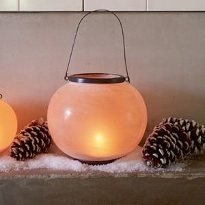 Latarenki, lampiony i świeczniki rozświetlą salon