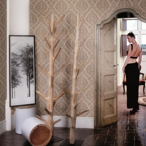 Klasyczna tapeta marki JVD w naturalnym kolorze, ozdobiona tradycyjnymi wzorami. Znakomicie wygląda w eleganckich, dużych pokojach urządzonych w klasycznym stylu. Fot. JVD.