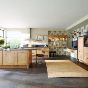 Delikatnie zdobione drzwiczki mebli w tej kuchni, wykończono w kolorze jasnego drewna. Ciekawie komponują się z ciemnoszarymi blatami. Fot. Pino, program IP 6120.
