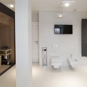 Łazienka pani i pana domu zachwyca nowoczesną estetyką. Czerń i biel pełnią tutaj funkcję nie tylko kolorów wykończenia ale także zaznaczają poszczególne strefy pomieszczenia. Projekt: Marta Pala-Szczerbak. Fot. Piotr Lipiecki.