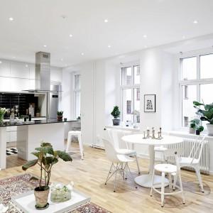 Eleganckie, białe wnętrze. Stylowe mieszkanie w kamienicy