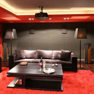 Dwie, ciemnoszare kanapy są w stanie pomieścić łącznie nawet 7-8 osób. Dzięki temu na prywatny seans filmowy do własnego domu można zaprosić rodzinę czy przyjaciół. Projekt: Małgorzata Szajbel-Żukowska, Maria Żychniewicz. Fot. Bartosz Jarosz.