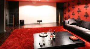 Któż nie chciałby mieć w domu prywatnej sali kinowej? W kameralnym gronie, na wygodnych kanapach znacznie łatwiej przecież przenieść się w świat fikcji. Właśnie takim luksusem może pochwalić się rodzina z Magdalenki.