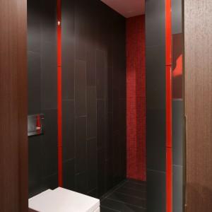 Łazienkę urządzono w tej samej kolorystyce, co kino domowe, co podkreśla ekskluzywny charakter obu wnętrz. Projekt: Małgorzata Szajbel-Żukowska, Maria Żychniewicz. Fot. Bartosz Jarosz.