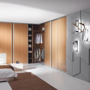 Jeśli nie mamy możliwości zaprojektowania oddzielnej garderoby warto zastanowić się nad zabudowaniem jak największej powierzchni ścian, dzięki czemu można uzyskać pojemne funkcjonalne szafy, które można dopasować do swoich potrzeb bardzo indywidualnie. Fot. Komandor.