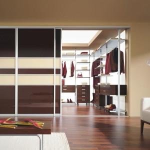 Produkty od firmy Komandor pozwalają wykorzystać powierzchnię garderoby od podłogi do sufitu oraz zabudować każdy, nawet najbardziej niedostępny fragment wnętrza. Warto zastosować takie rozwiązanie zwłaszcza wtedy, kiedy garderoba stanowi część sypialni. Fot. Komandor.