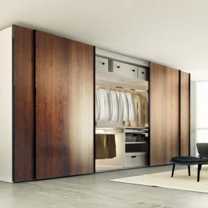 Oprócz praktycznych drzwi na specjalnych szynach, ważna jest wewnętrzna organizacja szafy, w której warto pomyśleć nie tylko o drążkach na tradycyjne wieszaki, ale także szufladach na drobiazgi czy drążkach na spodnie. Fot. Häfele.