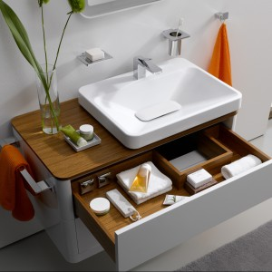 Szafka pod umywalkę z serii SG marki Toto. Szuflada ze specjalnym wycięciem na syfon, umieszczona tuż pod blatem to dodatkowe miejsce na przechowywanie drobiazgów. Fot. Toto.