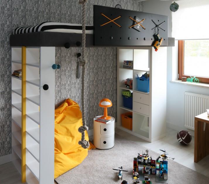 Dzieci wykorzystują łóżko nie tylko do snu, ale i szalonej, kreatywnej zabawy. Mebel na antresoli jest szczególnie lubiany przez maluchy, gdyż stwarza ku temu wiele możliwości. Fot. Bartosz Jarosz.