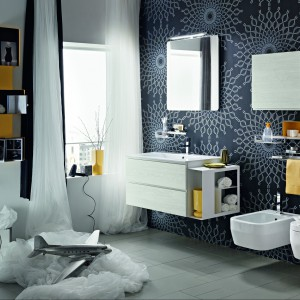 W zestawie mebli Hito włoskiej marki Arblu są m.ni. praktyczne półki, także otwarte, które pomagają przechowywać drobiazgi także w małej łazience. Fot. Arblu.