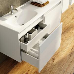 W szafce z kolekcji Atu firmy Elita w głębokiej szufladzie kryje się dodatkowa szuflada wewnętrzna. Fot. Elita.