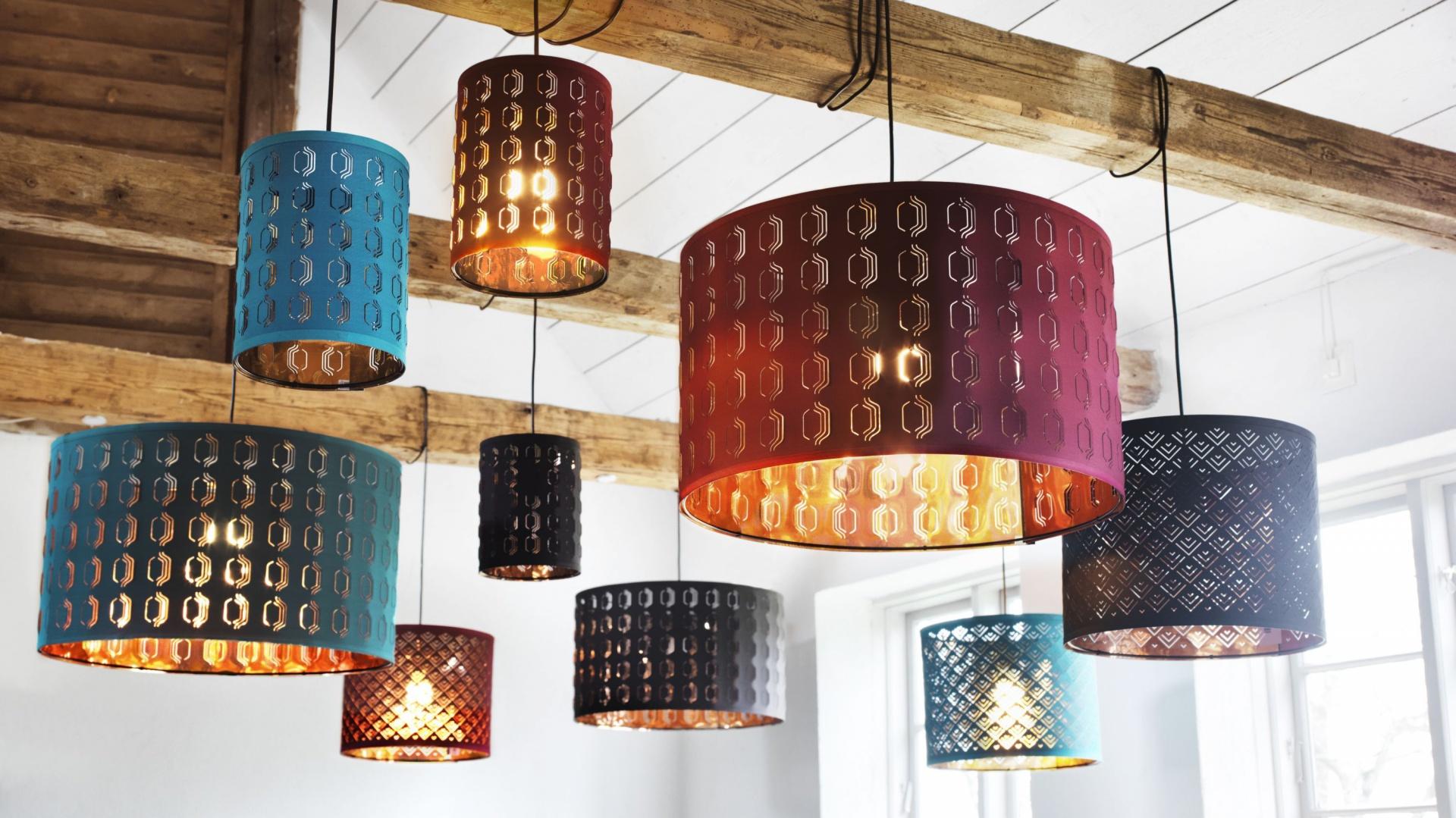 Podświetlone klosze NYMÖ, stworzone przez studio projektowe WIS design ze Sztokholmu, tworzą niesamowite efekty dekoracyjne dzięki wyciętym wzorom. Fot. IKEA