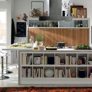 Urokliwa kuchnia, w której biel i kolor ciepłego drewna zestawiono z licznymi otwartymi półkami. Jest wesoło i przytulnie, a przede wszystkim bardzo domowo. Fot. Munchi Cucine, kuchnia z kolekcji Booster.