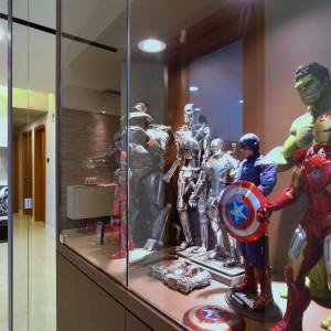 Przy wejściu, gości i domowników wita zbiór kolekcjonerskich figurek, zebranych przez właściciela. Projekt: KNQ Associates. Fot. KNQ Associates.