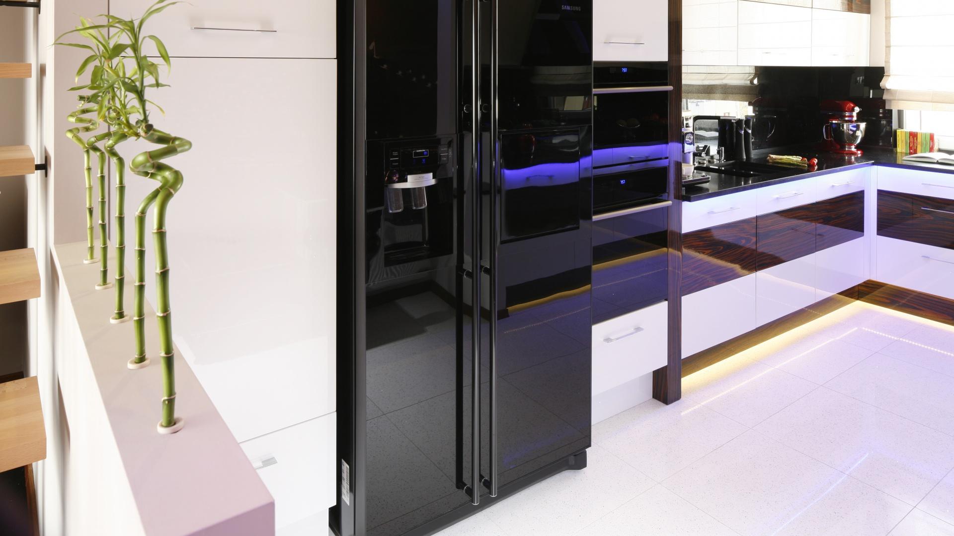 Czarną lodówkę side by side AGD w kuchni Tak