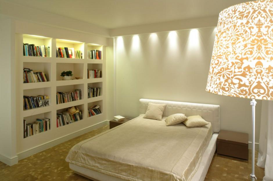 Biblioteczka w sypialni gdzie przechowywa ksi ki for Biblioteczka w salonie