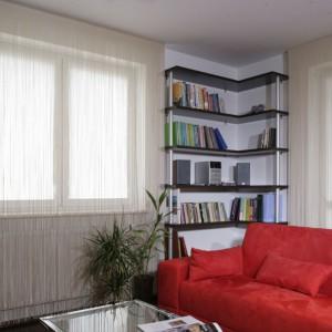 Narożny regał na książki pomiędzy oknami to oryginalny sposób na zagospodarowanie tej przestrzeni. Projekt: Ewa Wiśniewska-Benedyczuk. Fot. Monika Filipiuk-Obałek.