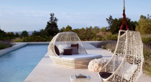 Wygodne meble to podstawa udanego wypoczynku w ogrodzie i na tarasie. Krzesła ogrodowe, leżaki czy ławki poza swoją praktyczną funkcją mogą także pięknie się prezentować. Przedstawiamy kilka propozycji od znanych i cenionych projektantów.