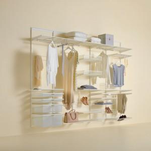 Metalowe ażurowe kosze i półeczki to estetyczny  i funkcjonalny sposób na przechowywanie odzieży i drobnych akcesoriów. Taki panel można dobrać idnywidualnie i powiesić na ścianie w sypialni lub w szafie. Fot. Elfa.