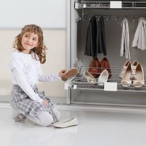 Półki zaprojektowanie specjalnie do przechowywania obuwia czy drążki do zawieszania spodni - na rynku istnieje wiele dedykowanych poszczególnym częściom garderoby rozwiązań, które w swojej ofercie posiada m.in. firma Rejs. Fot. Rejs.