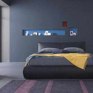 Żółta, wisząca lampka oraz narzuta wprowadzają do sypialni ciepłą, przytulną atmosferę. Fot. Bolzan Letti.
