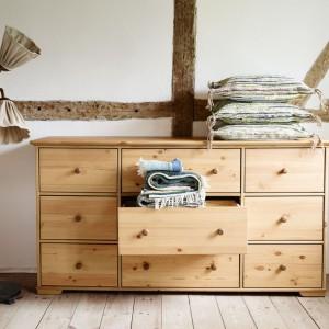 Komoda z dziewięcioma szufladami wykonana z drewna. Lita sosna uwypukla piękne słoje oraz drobne sęki. Fot. IKEA.