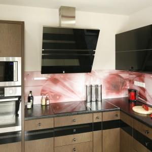 Ściana nad blatem kuchennym została obłożona szkłem z ciekawym nadrukiem. To alternatywa dla tradycyjnych płytek ceramicznych. Projekt: Marta Kilan. Fot. Bartosz Jarosz.