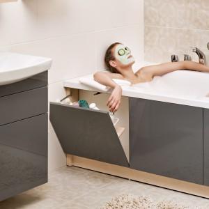 Meble Smart firmy Cersanit zostały zaprojektowane  z myślą o małych łazienkach. W zestawie oprócz szafek także pomysłowa obudowa wanny, która oferuje praktyczne, uchylne schowski. Fot. Cersanit.