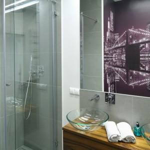 Przykrycie odpływu można nawet wypełnić płytkami, dzięki czemu posadzka w całej łazience wygląda identycznie. Projekt: Katarzyna Merta-Korzniakow. Fot. Bartosz Jarosz.