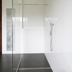 W łazience w tylu nowoczesnym sprawdzi się odpływ ze stali z geometrycznym wzorem na perforowanym ruszcie. Projekt: Piotr Stanisz. Fot. Bartosz Jarosz.