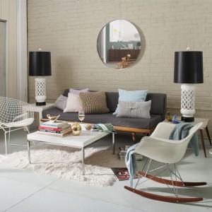 Pomalowane na beżowo ceglane ściany oraz designerski fotel na biegunach budują ciepły, przytulny klimat  jak sprzed lat. Fot. Benjamin Moore.