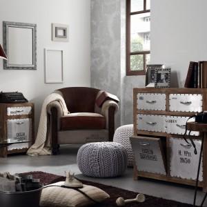Drewniane komody z industrialnymi frontami budują nowoczesny wystrój wnętrza. Stylowy fotel oraz wyglądające jak wełniane pufy ocieplają jego klimat. Fot. Le Pukka.