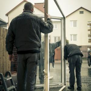 Dobry montaż powinien być przeprowadzony przez fachową, wyspecjalizowaną ekipę. Na dobrym montażu okna, drzwi, bramy czy elementu fasady nie warto oszczędzać!
