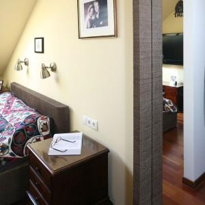 Na ścianie umieszczono wysokie lustro, które optycznie powiększa przestrzeń. Fot. Bartosz Jarosz.