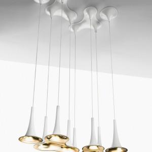 Lampy dostępne są w trzech opcjach kolorystycznych: chrom/białe wnętrze, biały/złote wnętrze oraz w całości białe. Fot. Axo Light.