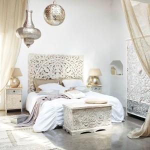 Dekoracyjne lampy, bogato dekorowane meble w połączeniu z delikatną kolorystyką tworzą przytulne, nastrojowe wnętrze. Fot. Maison du Monde.