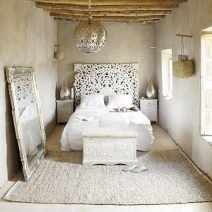 Bogato zdobione wyposażenie sypialni współgra ze stonowanym odcieniem ścian. Fot. Maison du Monde.