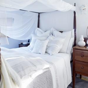 Dekoracyjne formy mebli zrównoważono bielą ścian oraz tkanin. Fot. Zara Home.