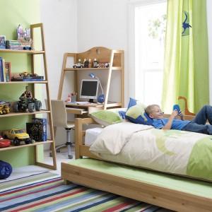 Jeżeli pokój jest mały warto rozważyć zakup tzw. mebla dwa w jednym. Sprawdzi się łóżko połączone z biurkiem, rozkładana kanapa lub łóżko z praktyczną szufladą, która pomieści wiele rzeczy. Fot. Interior Saga.