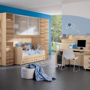 Dla ucznia najlepsze jest biurko z szerokim blatem, min. 120 cm oraz krzesło z wygodnym oparciem, podłokietnikami i regulowaną wysokością. Fot. Imaxia.