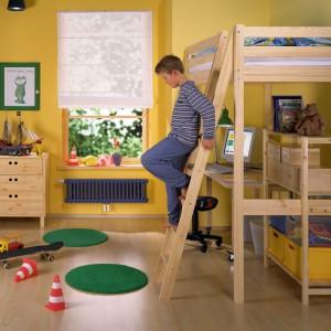 W niewielkim wnętrzu sprawdzi się łóżko na antresoli. Możemy ustawić pod nią komodę, biurko, czy półkę z książkami. Fot. Zehnder Charleston.