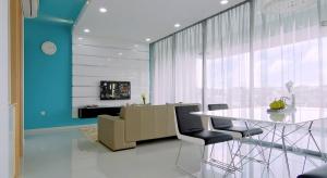 Architekci z pracowni KNQ Associates chcieli stworzyć wnętrze bez zbędnych dekoracji, wygodne i funkcjonalne. Innymi słowy takie, w którym domownicy czuliby się komfortowo. Rezultatem procesu twórczego jest piękna, jasna przestrzeń z nutą minima