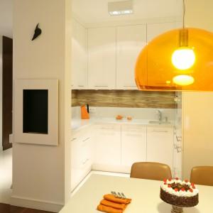 Funkcjonalność niewielkiej kuchni podnosi obecność jadalni, usytuowanej w bliskim sąsiedztwie kuchni. Projekt: Małgorzata Galewska. Fot. Bartosz Jarosz.