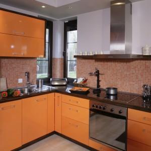 Pomarańczowy kolor, chyba jak żaden inny,  pobudza apetyt i daje ładunek pozytywnej energii. Warto więc zaprosić go do swojej kuchni. Projekt: Jolanta Kwilman. Fot. Bartosz Jarosz.
