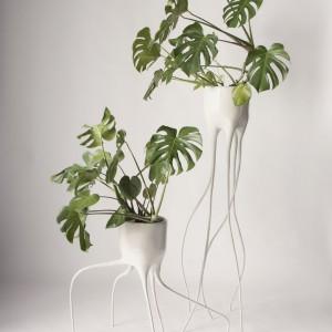 Oryginalna doniczka wykonana z wygiętej stali. Koncepcja projektu zakładała przedłużenie roślinnej formy. Fot. Tim van de Weerd.