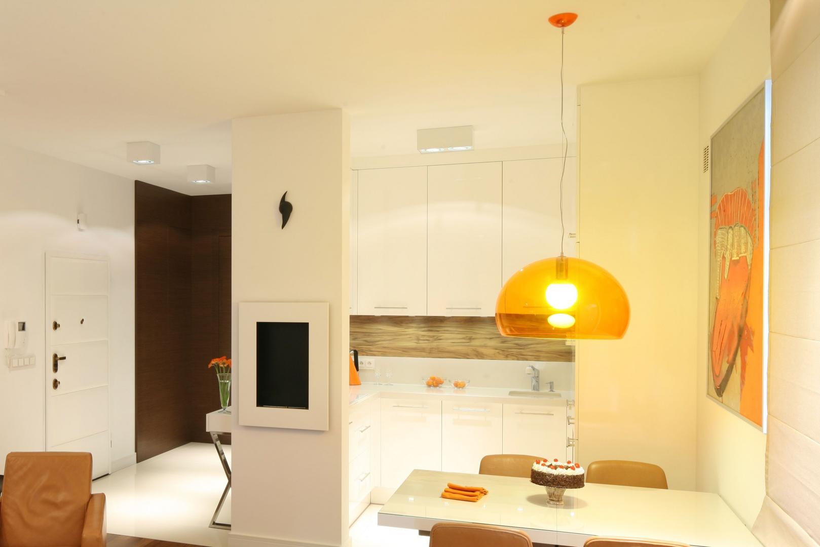 Małą kuchnię optycznie powiększa hojnie zastosowana biel, a poprowadzona pod sam sufit zabudowa, pozwala na wykorzystanie do maksimum powierzchnię użytkową. Projekt: Małgorzata Galewska. Fot. Bartosz Jarosz.