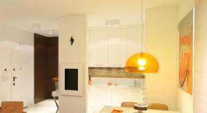 Ta mała kuchnia zlokalizowana jest w nadmorskim mieszkaniu wakacyjnym. Ze względu na niewielki metraż,zastosowano kilka trików, aby ją powiększyć.