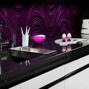 Szklane płytki dekoracyjne Violet Wave z serii 3D Mazu nie tylko ożywią czarno-białą kuchnię intensywnym, śliwkowym kolorem, ale również nadadzą jej fantazyjny charakter za sprawą trójwymiarowej faktury. Awangardowe rozwiązanie dla odważnych! Fot. Dunin.